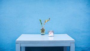 Blaue Wände wirken beruhigend (Foto: Worthy Of Elegance, Unsplash.com)